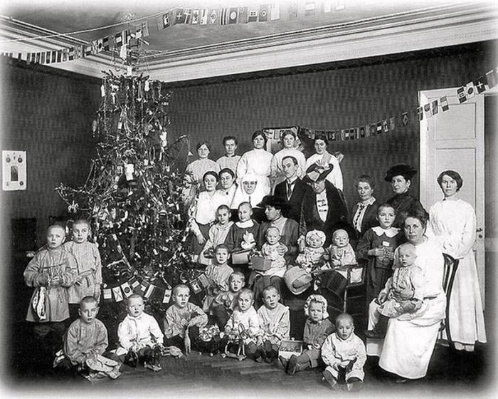 Воспитанники Русско-британского приюта для детей-беженцев и попечители приюта у рождественской елки, 1916