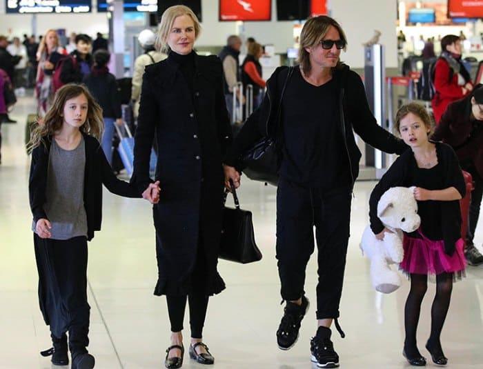 Актриса с мужем и дочерьми | Фото: bazaar.ru