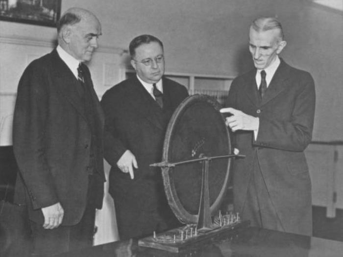 Ученый демонстрирует свои изобретения, 1938 | Фото: photochronograph.ru