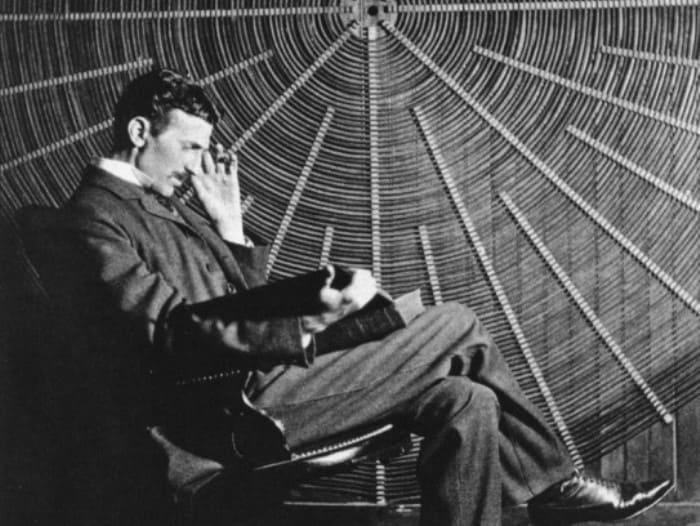 Изобретатель перед спиральной катушкой его высокочастотного трансформатора, 1896 | Фото: photochronograph.ru