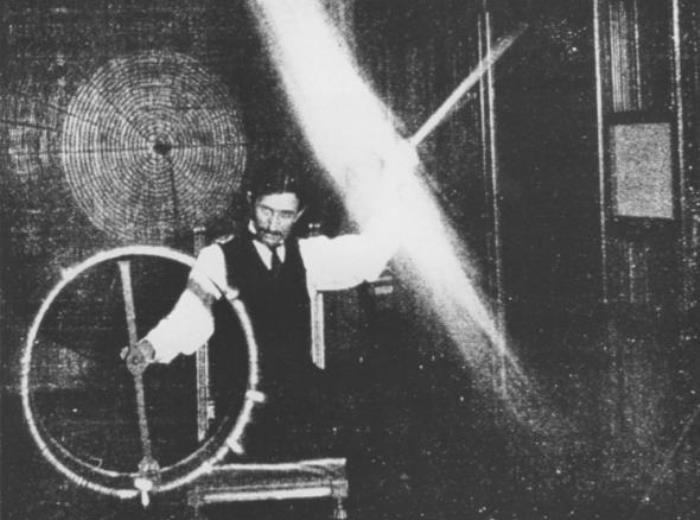 Ученый во время одного из экспериментов с электричеством, 1899 | Фото: teslauniverse.com