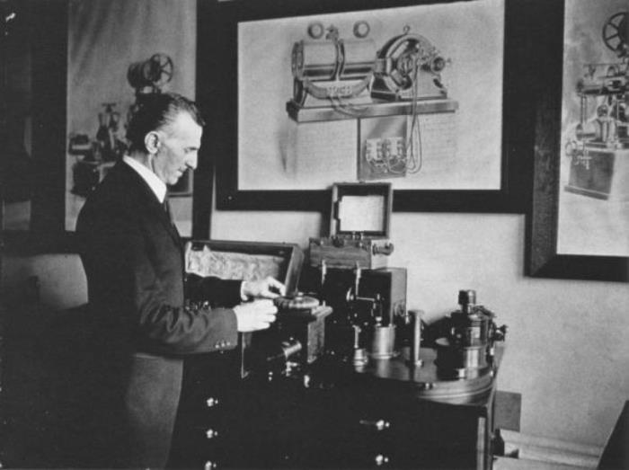 Ученый демонстрирует свои изобретения, 1916 | Фото: photochronograph.ru