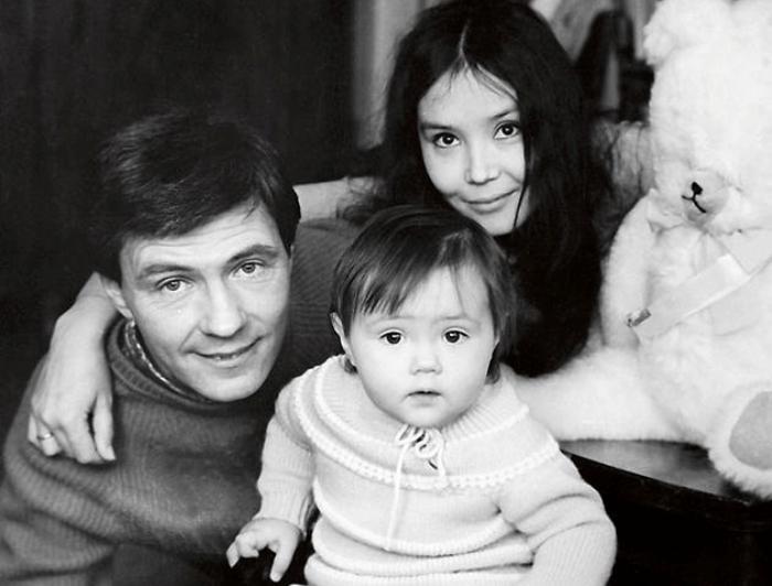 Художник с третьей женой, Натальей Аринбасаровой, и дочерью Екатериной | Фото: 7days.ru