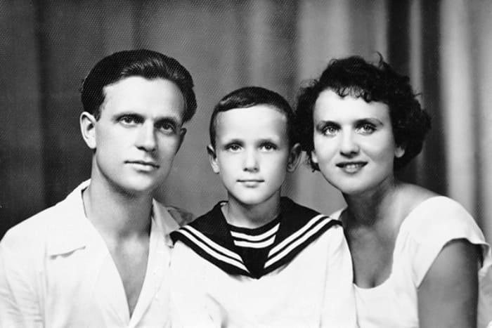 Будущий актер с родителями – артистами Николаем Еременко и Галиной Орловой | Фото: fakty.ua
