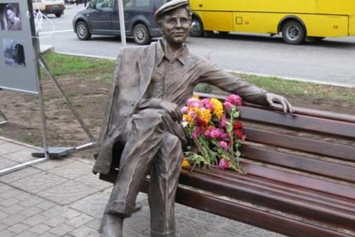 Памятник Саше Савченко, главному герою фильма *Весна на Заречной улице*, в г. Запорожье, где проходили съемки
