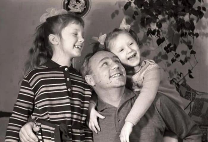 Актер с дочерьми | Фото: kino-teatr.ru