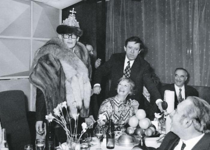 Леонид Гайдай и Нина Гребешкова на актерской вечеринке с Ю. Никулиным и В. Этушем | Фото: 7days.ru