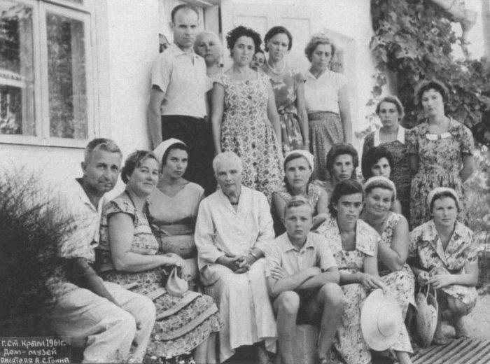 Нина Грин с экскурсантами у дома-музея в Старом Крыму, 1961 | Фото: grinlandia.narod.ru