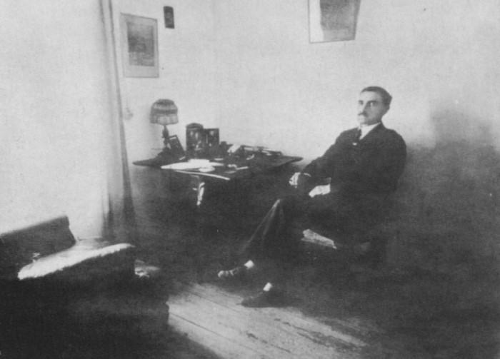 А. Грин в рабочем кабинете. Феодосия, 1926 | Фото: grinlandia.narod.ru