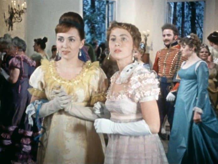 Нина Крачковская (справа) в фильме *Гусарская баллада*, 1962 | Фото: kino-teatr.ru