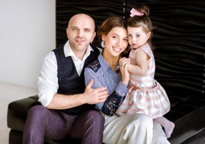 Певец с женой и дочерью | Фото: estrada4u.ru