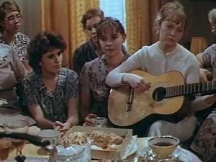 Кадр из фильма *Одиноким предоставляется общежитие*, 1983 | Фото: playnewsongs.ru