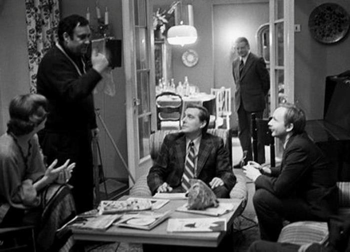 Режиссер и актеры на съемках фильма *Служебный роман*, 1977 | Фото: bigpicture.ru