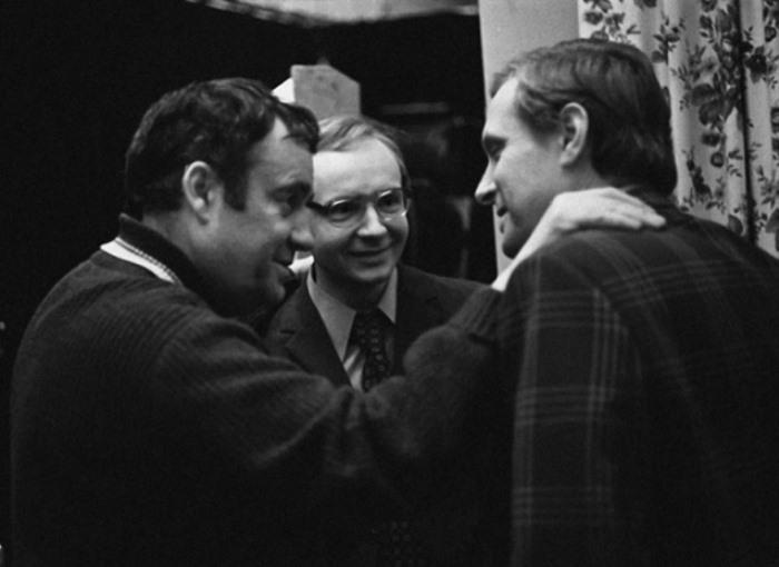 Э. Рязанов, А. Мягков и О. Басилашвили на съемках фильма *Служебный роман*, 1977 | Фото: nnm.me