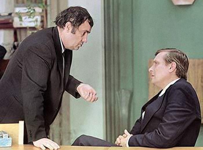 Э. Рязанов и О. Басилашвили на съемках фильма *Служебный роман*, 1977 | Фото: radikal.ru