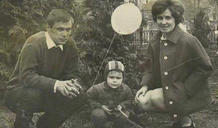 Олег Тактаров в детстве с родителями   Фото: uznayvse.ru