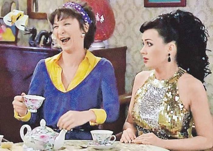 Олеся Железняк и Анастасия Заворотнюк в сериале *Моя прекрасная няня*, 2008   Фото: stuki-druki.com