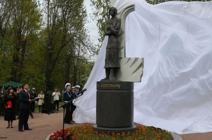 Памятник поэтессе Ольге Берггольц в Петербурге | Фото: spb.aif.ru