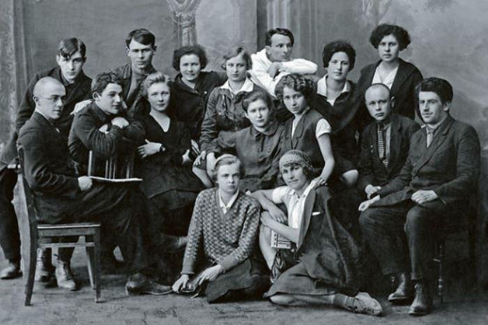 Ольга Берггольц (третья слева во втором ряду) со студентами филологического факультета | Фото: leningradbessmerten.ru
