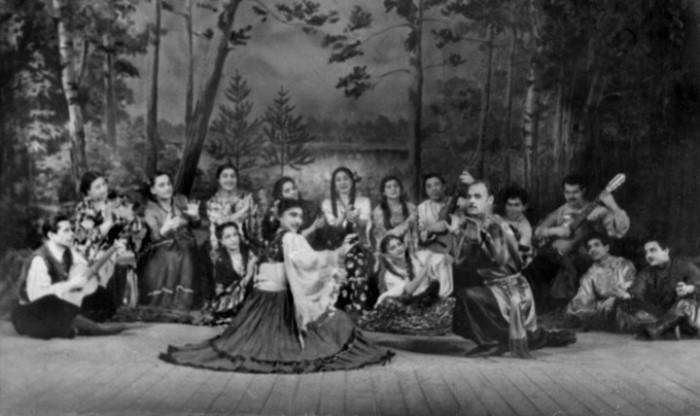 Ольга Деметер-Чарская с цыганским ансамблем | Фото: svenko.net