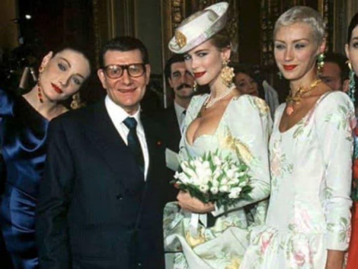 Карла Бруни, Ив Сен Лоран, Клаудиа Шиффер и Ольга Пантюшенкова, Париж, 1997 | Фото: vsenashimiss.blogspot.com