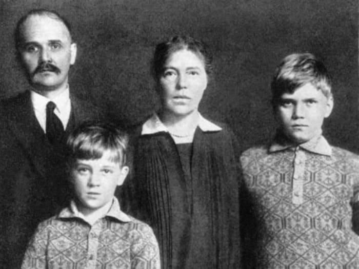 Великая княгиня с мужем, полковником Куликовским, и детьми | Фото: klin-demianovo.ru