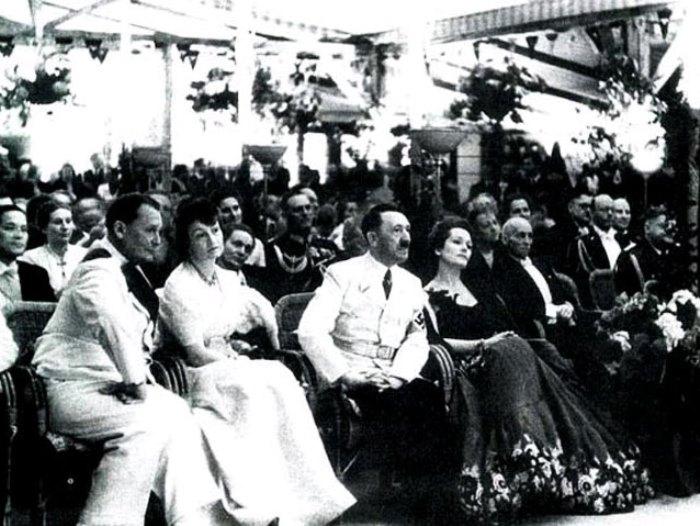 Адольф Гитлер с Ольгой Чеховой на торжественном приеме у Риббентропа, 1939 | Фото: subscribe.ru