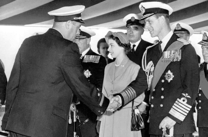 Королевская чета приветствует советского командира корабля | Фото: story.ru