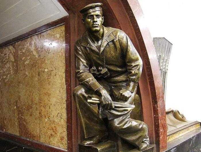 Скульптура матроса на московской станции метро *Площадь революции* | Фото: teleprogramma.pro