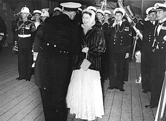 Капитан Рудаков преподнес королеве в подарок горностаевую мантию | Фото: moremhod.info