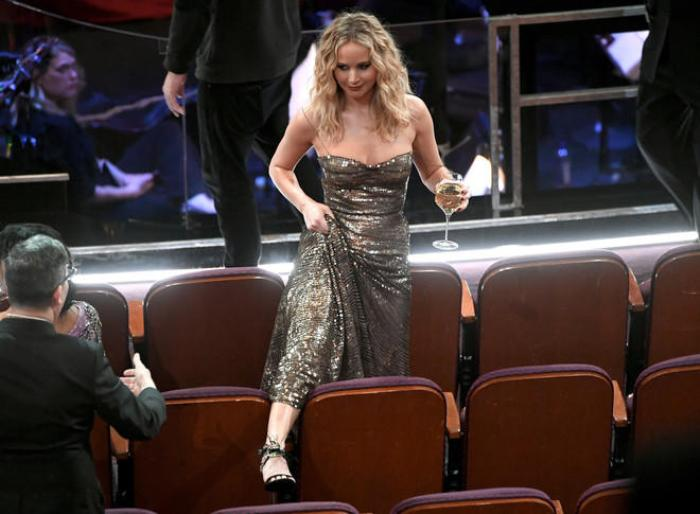 Дженнифер Лоуренс каждый раз удивляет публику своим поведением на церемонии | Фото: lady.day.az
