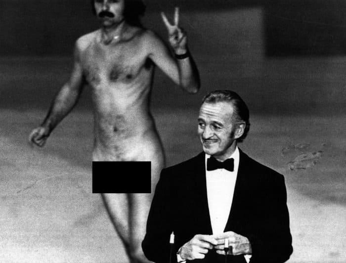 Ведущий Дэвид Нивен и Роберт Опель, шокировавший публику своим появлением на сцене *Оскара-1974* | Фото: twitter.com