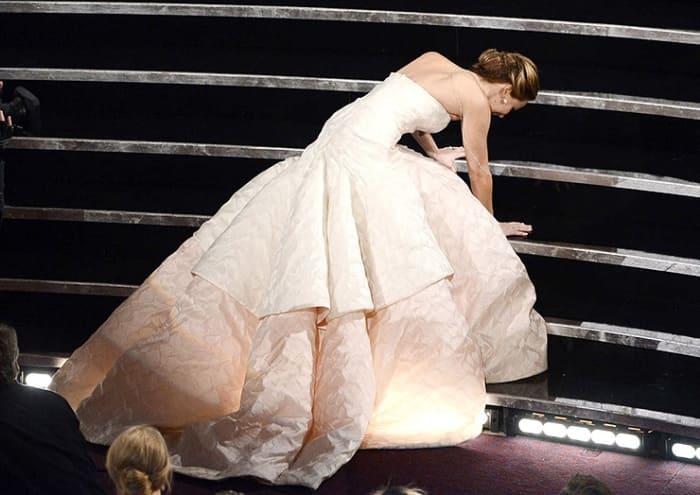 *Самая неуклюжая победительница* Дженнифер Лоуренс | Фото: cosmo.ru