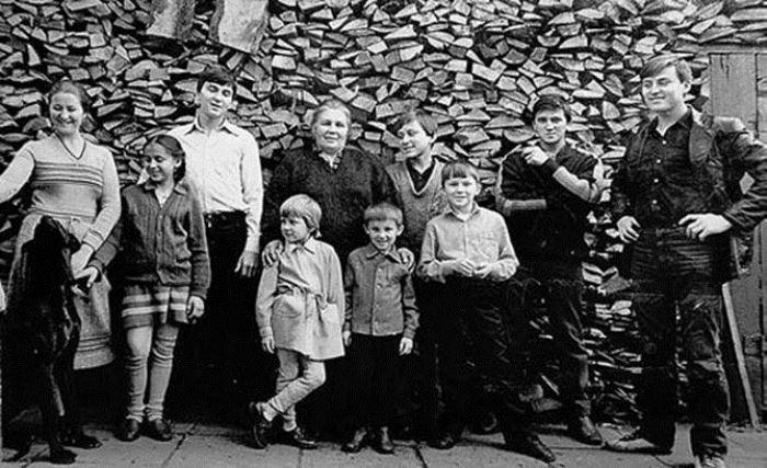 Слева направо: Ольга, Татьяна, Дмитрий, Нинель Сергеевна с Ульяной и Сергеем, Александр, Михаил, Олег, Василий