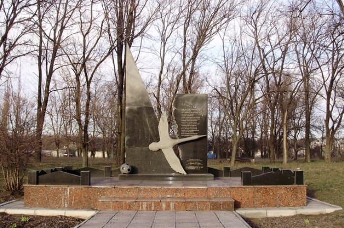 Памятник погибшим футболистам на месте трагедии | Фото: aif.ru