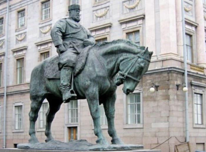 Памятник Александру III во дворе Мраморного дворца | Фото: kanoner.com