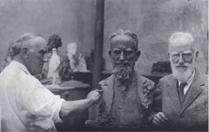 П. Трубецкой лепит портрет Бернарда Шоу, 1926 | Фото: tg-m.ru