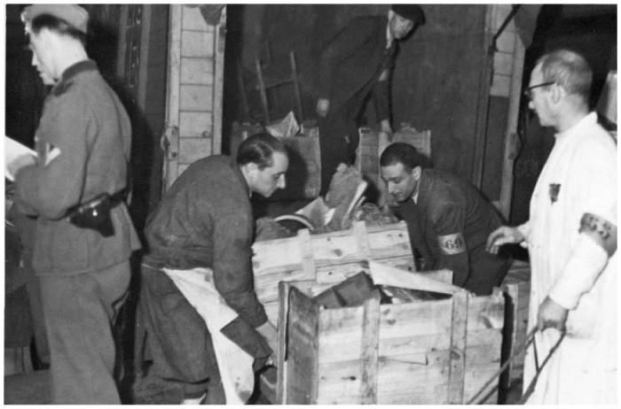 Разгрузка товаров в магазине, торгующем вещами из еврейских домов