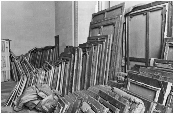 Картины, похищенные из еврейских коллекций, в хранилище Лувра