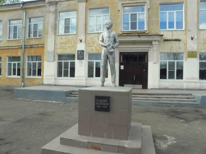 Памятник Павлику Морозову в городе Острове Псковской области | Фото: frog-travelers.ru