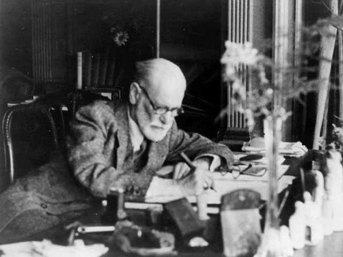 Фрейд за работой, 1939 г.   Фото: psychoanalyse.ru