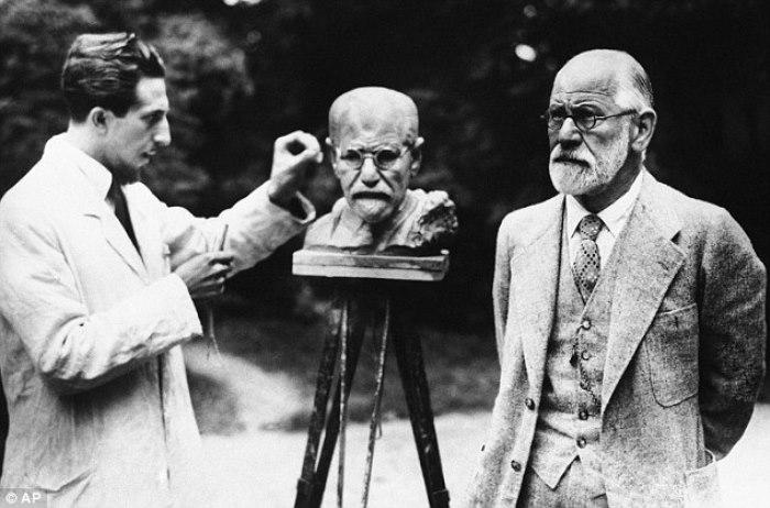Зигмунд Фрейд позирует скульптору О. Немову, Вена, 1931   Фото: diletant.media