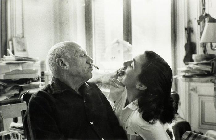 Пикассо учит Жаклин Рок курить по-цыгански, 1957 г. Фото Дэвида Дугласа Дункана