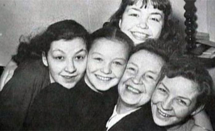 Сестры Поляковы-Байдаровы с матерью | Фото: retrospectra.ru