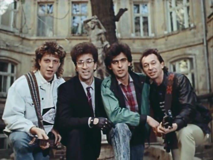 *Веселые ребята* в фильме *Приморский бульвар*, 1988   Фото: kino-teatr.ru