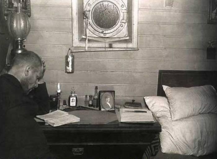 Георгий Седов в каюте шхуны *Святой Фока*, 1912 | Фото: history-paradox.ru