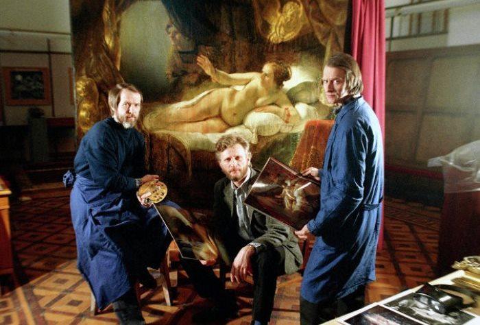 Г. Широков, А. Рахман и Е. Герасимов работают над восстановлением картины Рембрандта