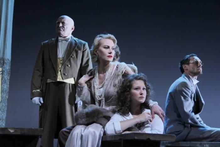 Актриса на сцене театра | Фото: textinthepiter.livejournal.com