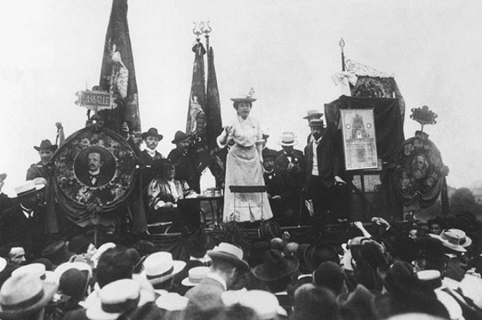 Роза выступает на Штутгартском конгрессе II Интернационала, 1907 | Фото: lisa.ru