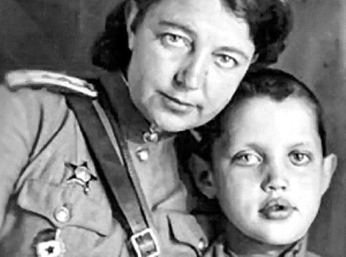 Роберт Рождественский с матерью, Верой Федоровой | Фото: bulvar.com.ua